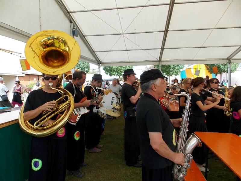 Les Toiles Cirées animant la buvette lors de la fête de Châteaurenaud